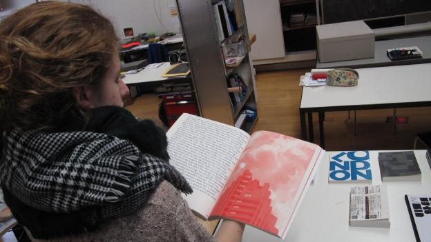 Eine Schülerin der Luzerner Fachklasse Grafik.