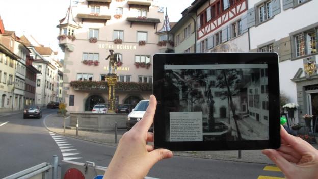 Das Tablet liefert historische Informationen zum Brunnen auf dem Kolinplatz.