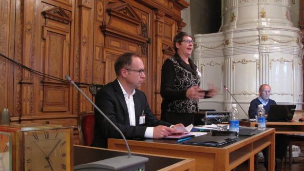 Frau in Parlamentsdebatte