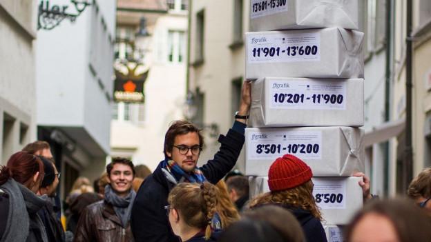 Die Übergabe der Petition vor dem Luzerner Regierungsgebäude.