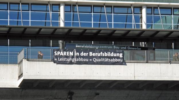 Mit einem Transparent wehren sich die Schüler des Berufsbildungszentrums gegen die Sparpläne.