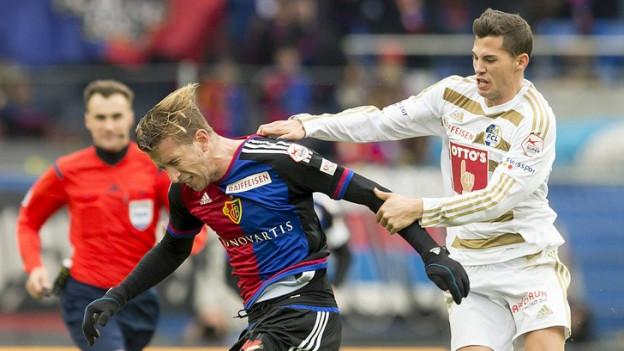 Zweikampf zwischen FCL-Spieler Remo Freuler und Marc Janko vom FC Basel.