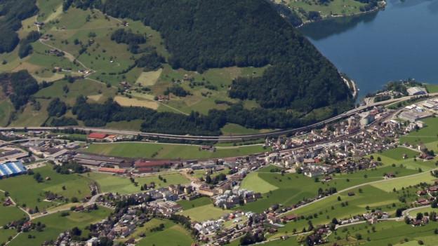 Blick auf den Lauerzersee mit der Gemeinde Schwyz.