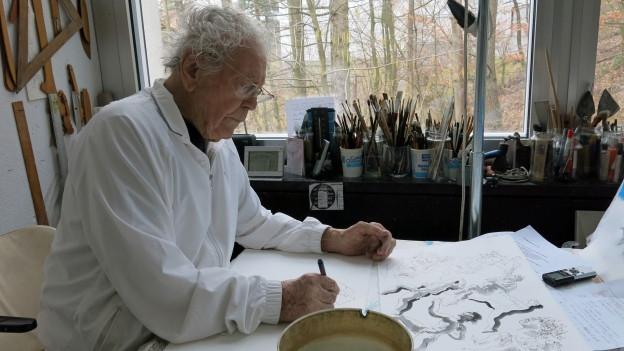 Der Luzerner Künstler Hans Erni 2014 in seinem Atelier.