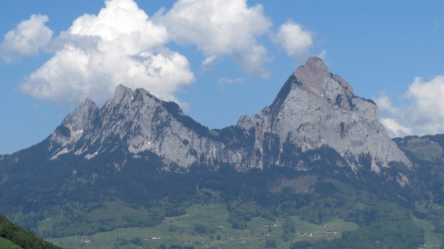 Die zwei Berge Mythen oberhalb von Schwyz.