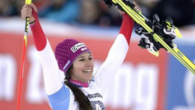 Skirennfahrerin Wendy Holdener freut sich über ihren zweiten Platz.