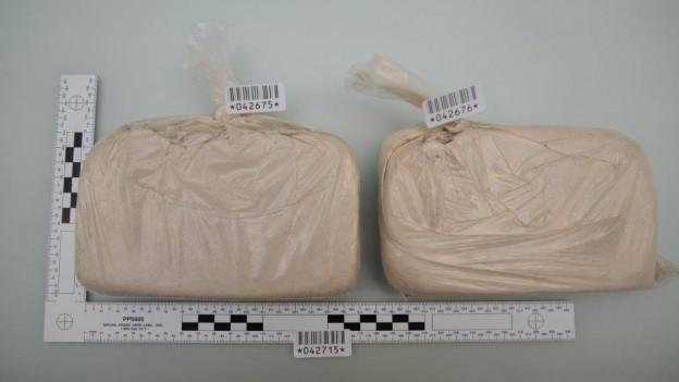 Zwei der Heroinpakete, die von der Luzerner Kantonspolizei sichergestellt wurden.