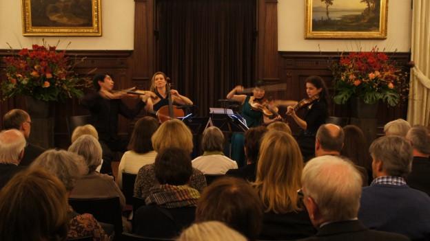 Kammermusikensemble spielt in einem Saal vor Publikum.