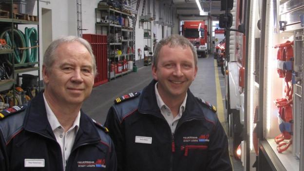 Der Luzerner Feuerwehrkommandant Theo Honermann (links) und der Chef der neuen Berufsfeuerwehr, Sascha Müller, im Feuerwehrgebäude.