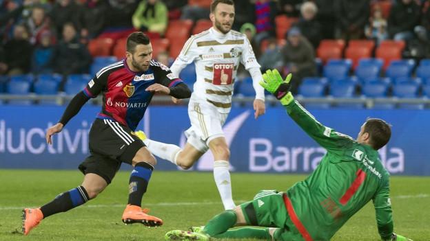 Der Basler Renato Steffen (links) erzielt das 3:0 gegen den Luzerner Torhüter David Zibung.