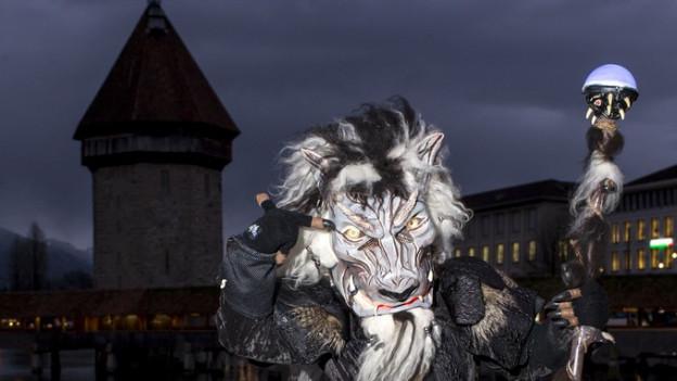 Ein Fasnächtler in der Luzerner Innenstadt.