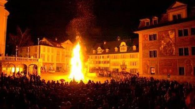 Feuer auf dem Hauptplatz von Schwyz.