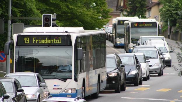Busse und Autos stehen im Stau in der Stadt Luzern.