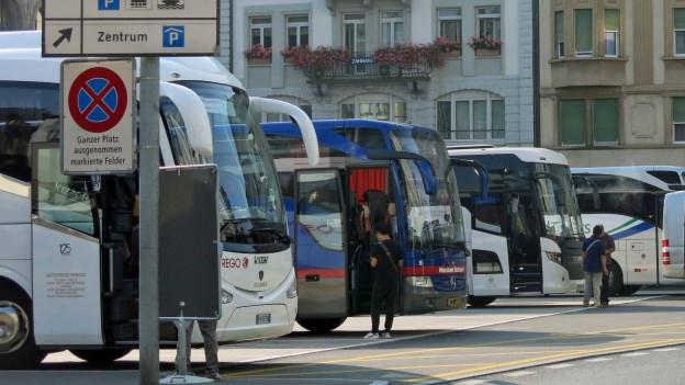 Zentraler Terminal gesucht: Cars auf dem Löwenplatz in Luzern.