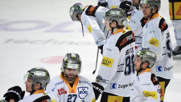 Eishockeyspieler des EV Zug auf dem Eisfeld.