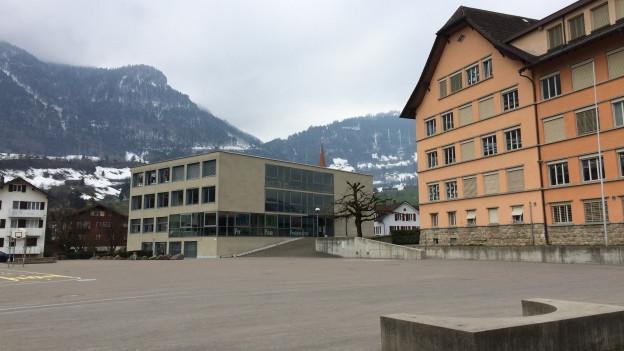 Blick auf einen Pausenplatz einer Schule.