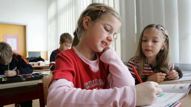 Schülerinnen im Unterricht.
