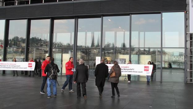 Gewerkschaften protestieren gegen den Stellenabbau