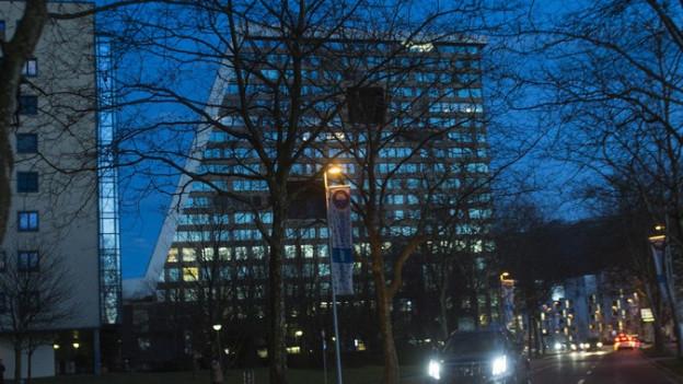 Eines der Hochhäuser in der Stadt Zug.