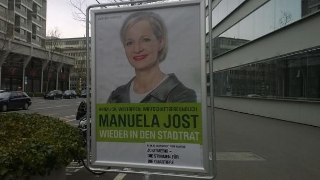 Baudirektorin Manuela Jost strahlt von vielen Plakatständer