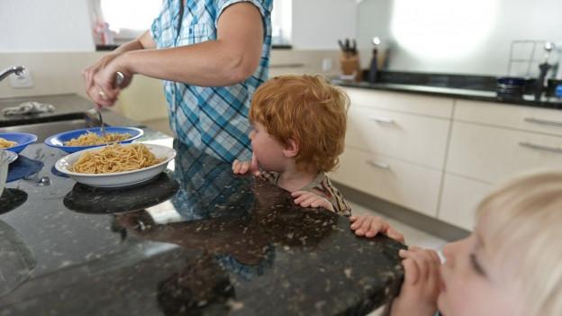Eltern, die ihre Kinder zuhause betreuen, können im Kanton Zug künftig weniger von den Steuern abziehen.