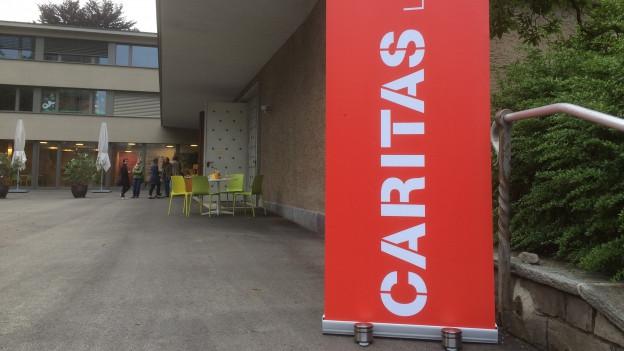 Roter Banner der Caritas Luzern.