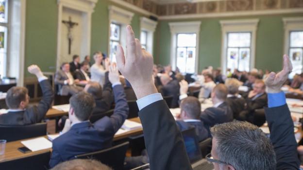 Blick auf den Zuger Kantonsrat, der gerade eine Abstimmung durchführt.