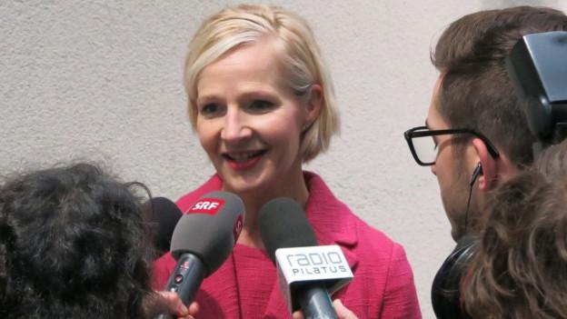 Die Luzerner Stadträtin Manuela Jost gibt Journalisten Interviews.