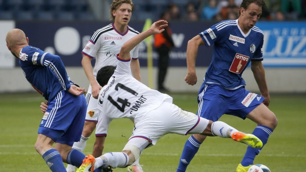 Spieler des FC Luzern im Duell gegen Spieler des FC Basel.