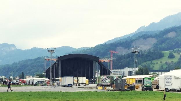 Auf der Luzerner Allmend wird die Bühne aufgebaut.
