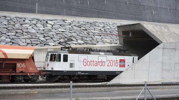 Der erste Güterzug fährt in den Gotthardbasistunnel.