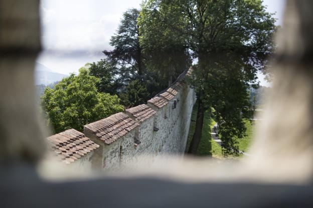 Unter der historischen Museggmauer werden Probesprengungen gemacht.