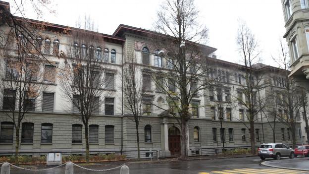Kantonale Wirtschaftsmittelschule in der Stadt Luzern.