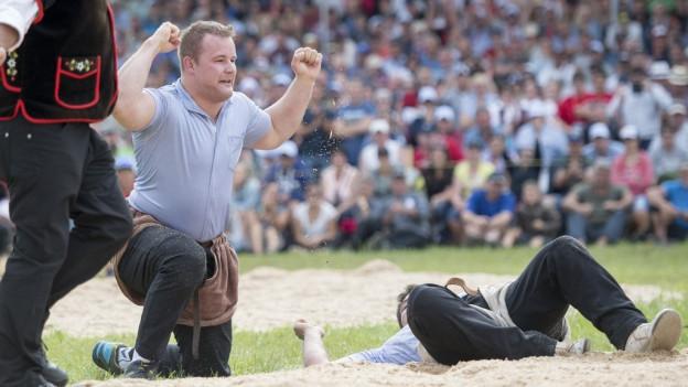 Christian Schuler jubelt nach dem Sieg im Schlussgang.