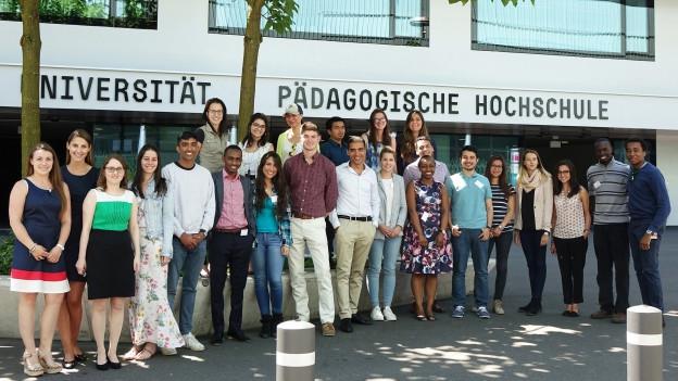 Junge Menschen vor der Universität Luzern