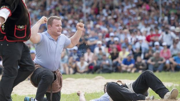 Christian Schuler feiert seinen Festsieg am Innerschweizer Schwing- und Älplerfest Anfang Juli in Einsiedeln.