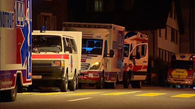 Einsatzfahrzeug der Ambulanz auf einer Strasse.