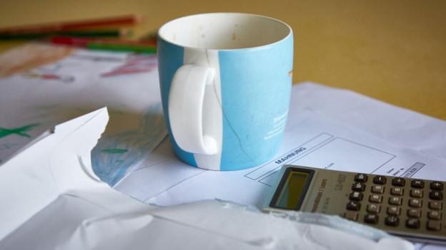 Kaffee und Zeitung auf einem Tisch.