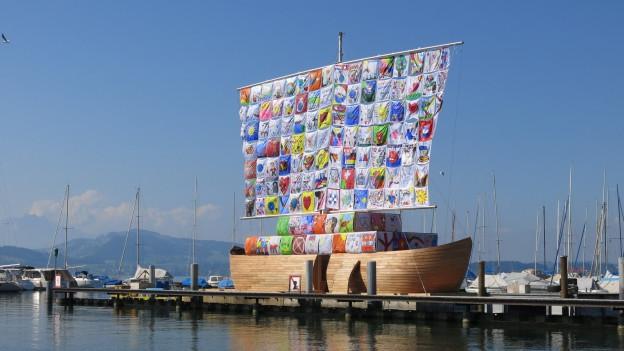 grosses Holzschiff am Hafen in Zug