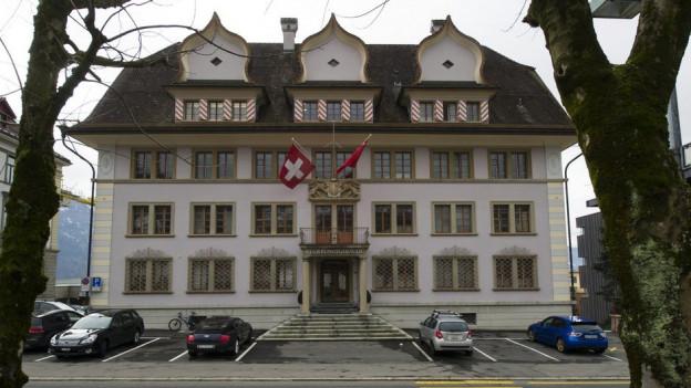 Für die Finanzen im Kanton Schwyz (hier das Regierungsgebäude) gibt es noch keine Lösung.