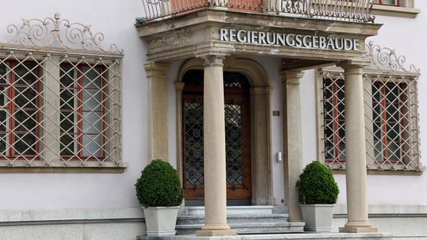 Im Schwyzer Regierungsgebäude bleiben die roten Zahlen ein Thema.