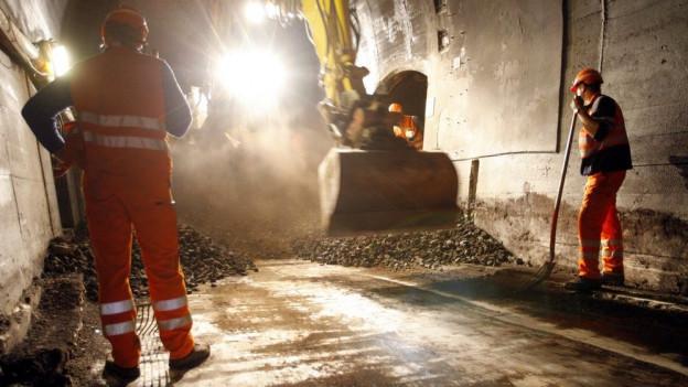 Bauarbeiter sanieren eine SBB-Bahnstrecke.