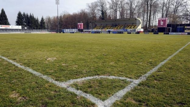 Blick in ein Fussballstadion von der Cornerflagge aus.