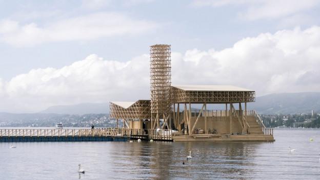 Holzfloss auf einem See.