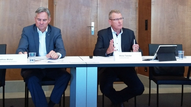 Heinz Tännler und Matthias Michel erklären das Sparpaket.