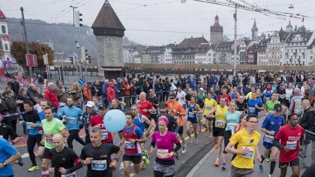 Läuferinnen und Läufer am Swiss City Marathon in Luzern.