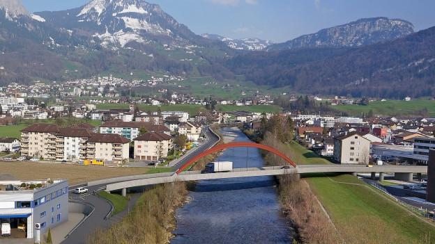 Der Bau der neuen Muota-Brücke ist zentrales Element.