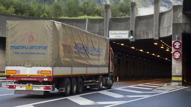 Der Güterverkehr durch die Alpen soll weg von der Strasse. Die Alpenregionen fordern deshalb eine Zusatzsteuer.