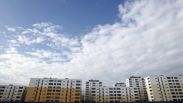 Neue Überbauung mit Wolken im Hintergrund.