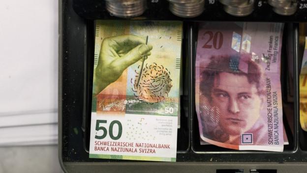 Geldnoten liegen auf einem Tisch.